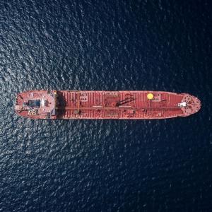 Roodbruine vrachtship varend op de oceaan